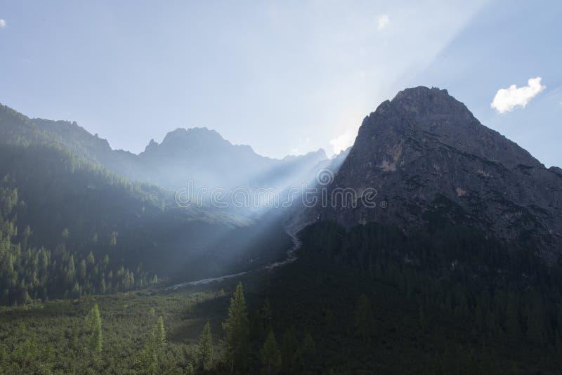 Las dolomías ajardinan y los rayos solares hermosos en la montaña, dolomías, Sudtirol, Trentino Alto Adige, Italia imagenes de archivo