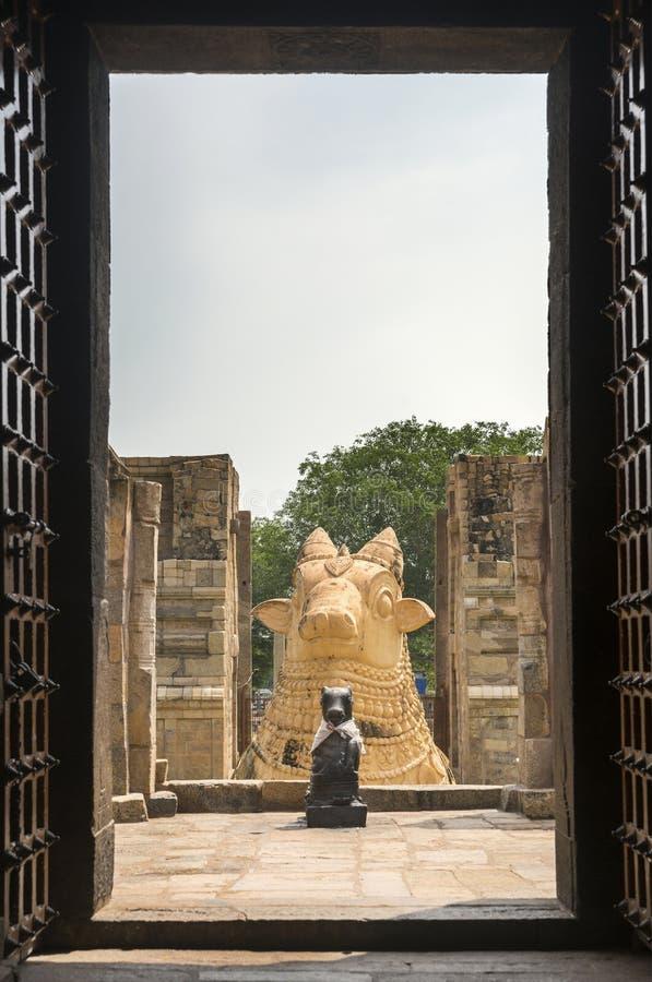 Las dos estatuas de Nandi vistas por dentro del templo de Gangaikunda fotografía de archivo