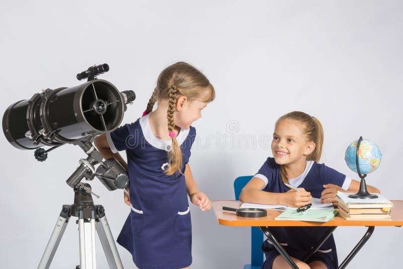 Las dos muchachas miraban uno a en la astronomía de la sala de clase fotografía de archivo