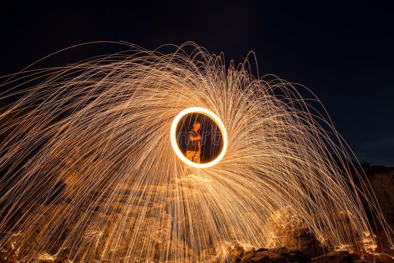 Las duchas de brillar intensamente caliente chispean de las lanas de acero de giro fotografía de archivo libre de regalías