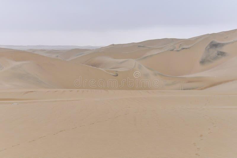 Las dunas de arena en el Huacachina abandonan, Perú imagen de archivo libre de regalías