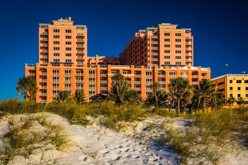Las dunas de arena y el hotel grande en Clearwater varan, la Florida foto de archivo libre de regalías