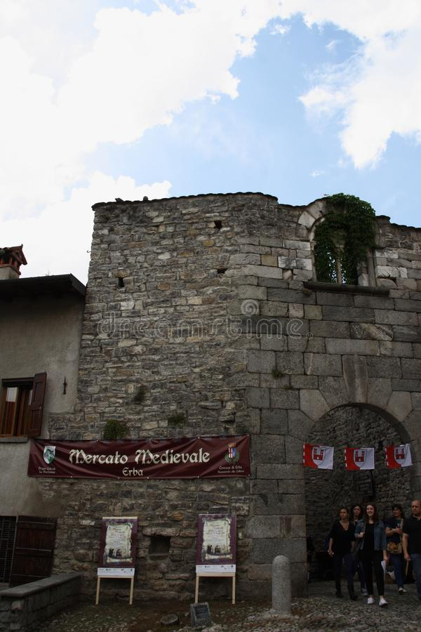 Las Edades Medias en el mercado medieval de Erba - distrito Villincino del domingo 13 de mayo de 2018 imagen de archivo libre de regalías