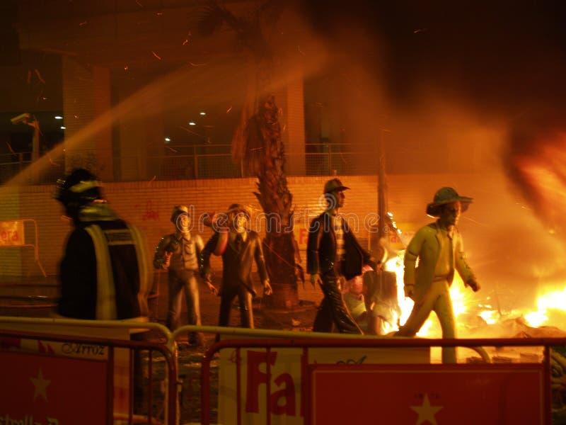 Las efigies queman durante la celebración anual de Las Fallas, Valencia, España fotografía de archivo