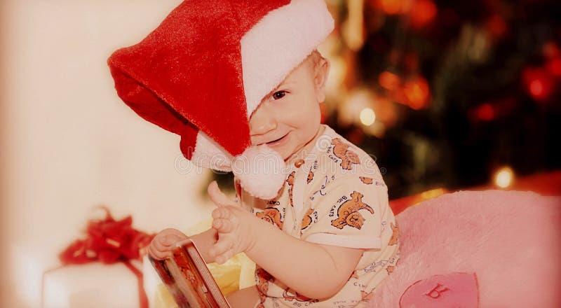 Las emociones de los niños antes del Año Nuevo o de la Navidad imágenes de archivo libres de regalías