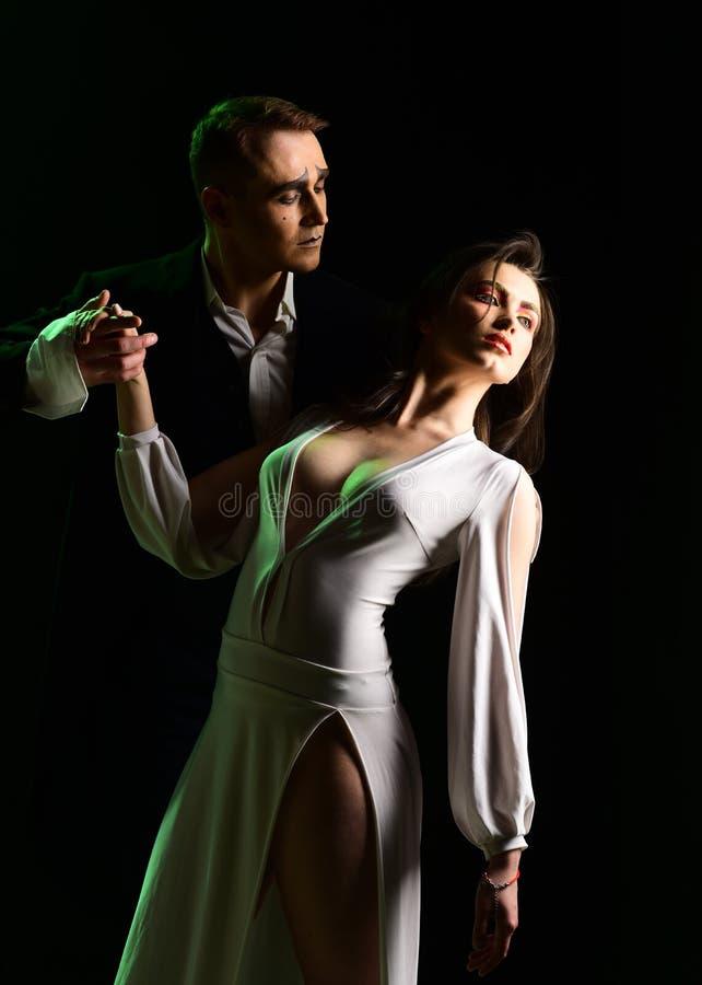 Las emociones del amor romántico Los pares en amor con imitan maquillaje imite el acto del hombre y de la mujer en escena románti imagen de archivo