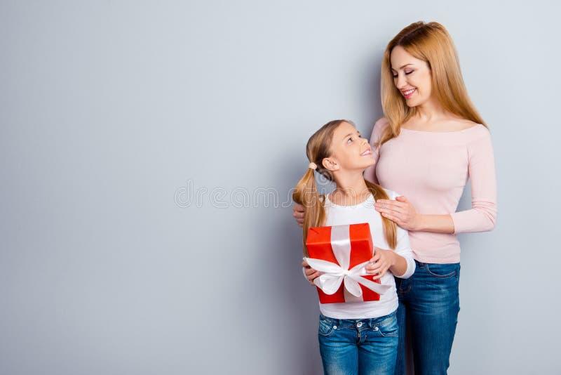 Las emociones festivas del humor ofrecen maternidad preciosa dulce linda apacible imágenes de archivo libres de regalías