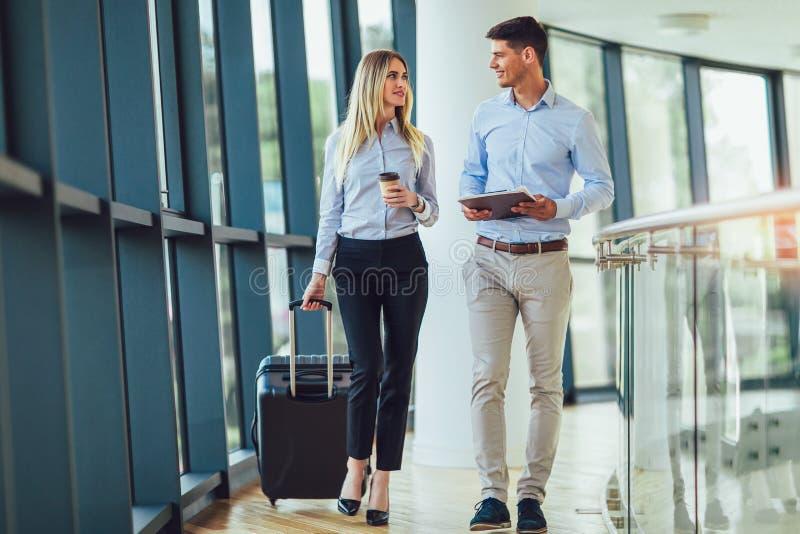 Las empresarias llevan a cabo viaje del equipaje al viaje de negocios imagen de archivo libre de regalías