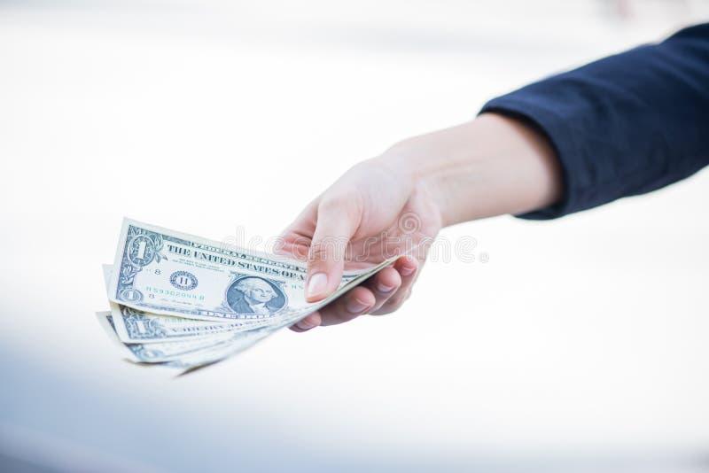 Las empresarias sostienen el dinero fotos de archivo