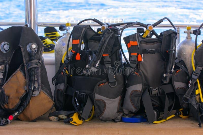 Las escafandras autónomas para zambullirse a bordo de la nave están listas para zambullirse en imágenes de archivo libres de regalías