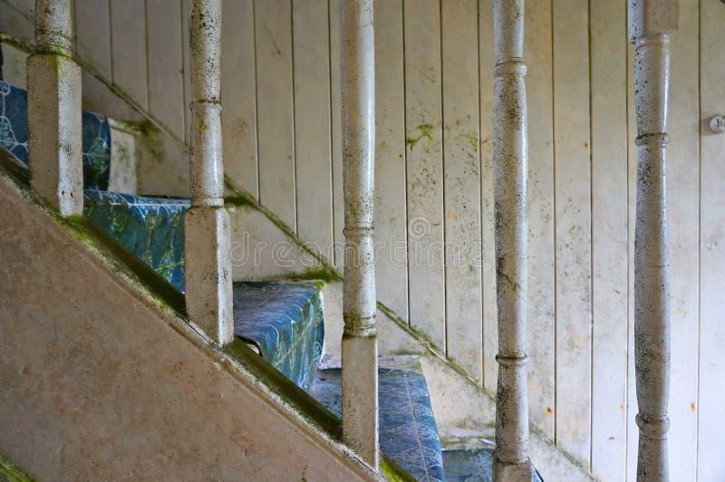 Las escaleras abandonaron la casa vieja imágenes de archivo libres de regalías