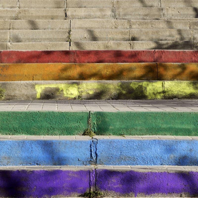 Las escaleras coloridas les gusta el arco iris en Madrid con las sombras imagen de archivo