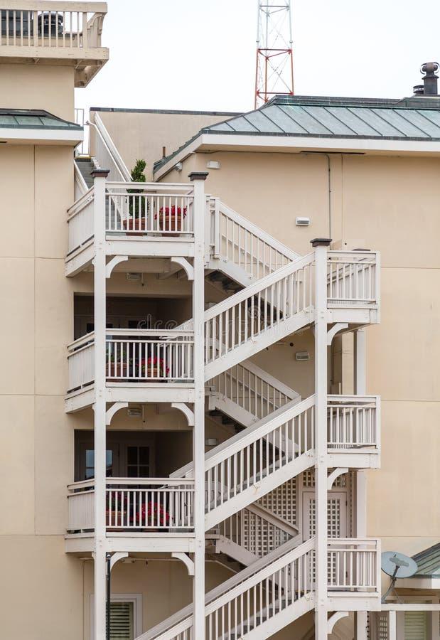 Las escaleras de madera blancas suben el edificio del yeso de Brown imagen de archivo libre de regalías
