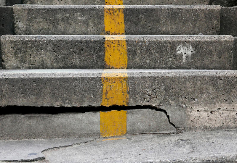 las escaleras del cemento dilapidaron fotos de archivo