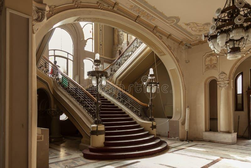 Las escaleras detallan en el edificio viejo del casino de la historia imagen de archivo