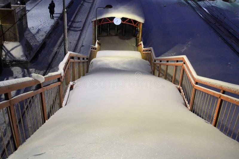 Las escaleras en el paseo marítimo cubrieron con nieve fresca sin los pasos fotos de archivo
