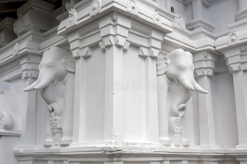 Las esculturas hermosas del elefante en la pared exterior del Sri Lankathilaka Rajamaha Viharaya en Sri Lanka fotografía de archivo libre de regalías