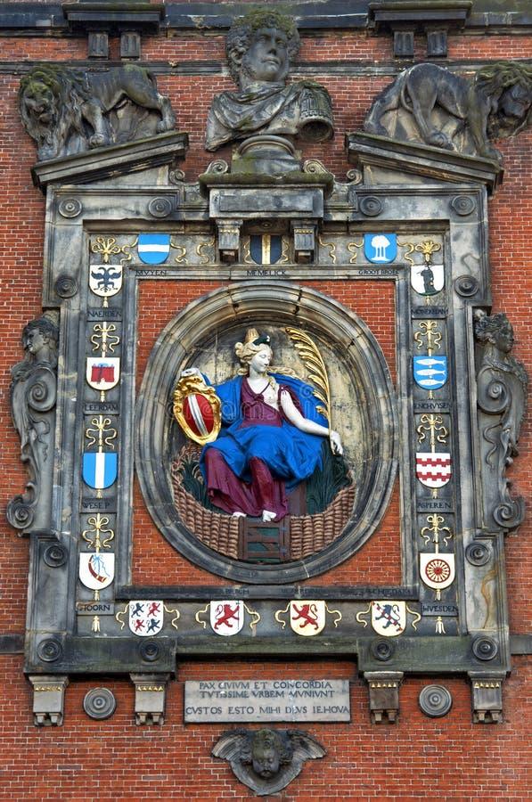 Las esculturas y la ciudad arma en la puerta Dordrecht de la ciudad imagen de archivo libre de regalías
