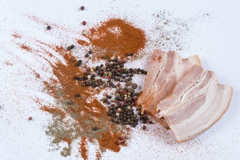 Las especias de la carne del tocino sazonan platos de la carne con pimienta del aperitivo fotos de archivo