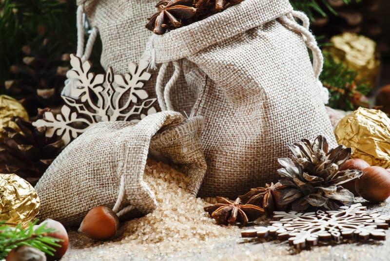 Las especias de la Navidad del invierno, caramelo y nueces, adornaron ramas del abeto, fotografía de archivo