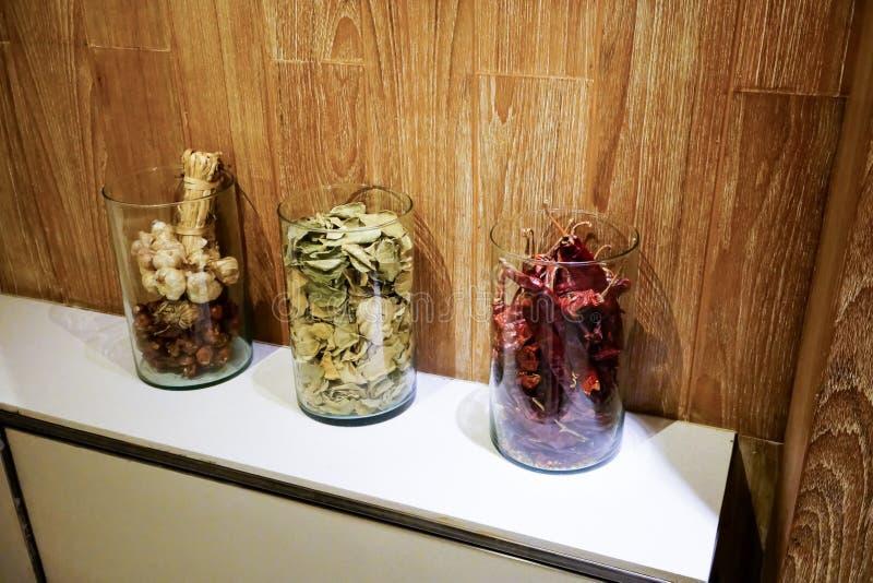 Las especias, el ajo y el chalote secados lían, pimienta, y pasto del cafre fotografía de archivo