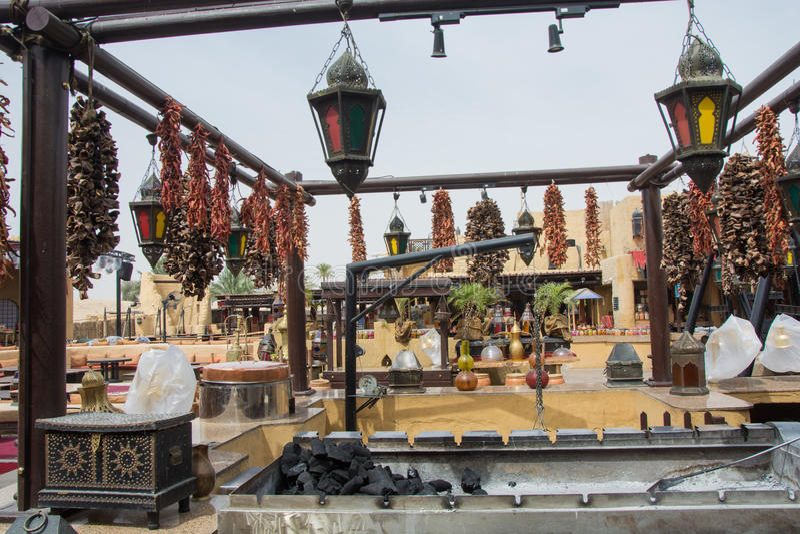 Las especias y las hierbas árabes cuelgan en la cocina al aire libre imagenes de archivo