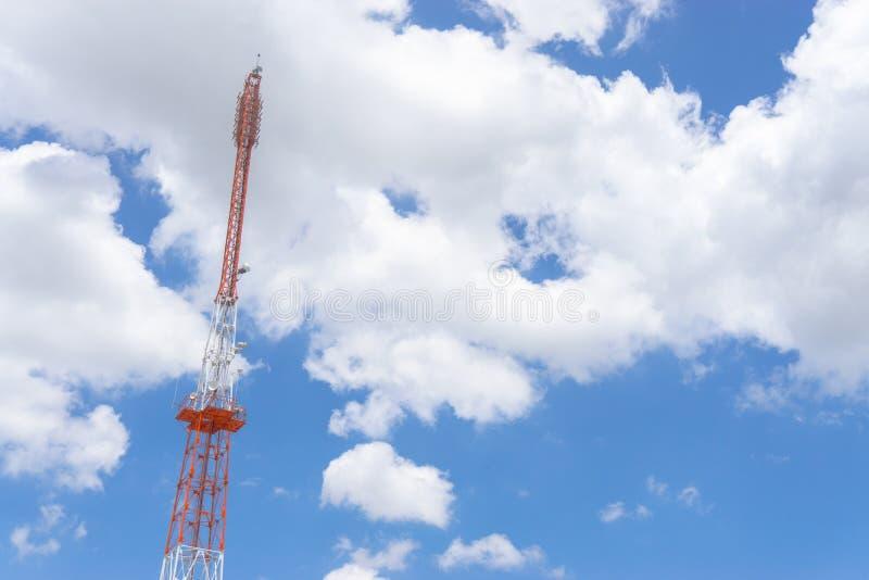 Las estaciones o las telecomunicaciones de repetidor se elevan en un día de cielo azul claro foto de archivo libre de regalías