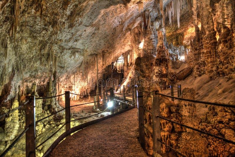 Las estalactitas excavan, cueva de Avshalom en Israel imagenes de archivo