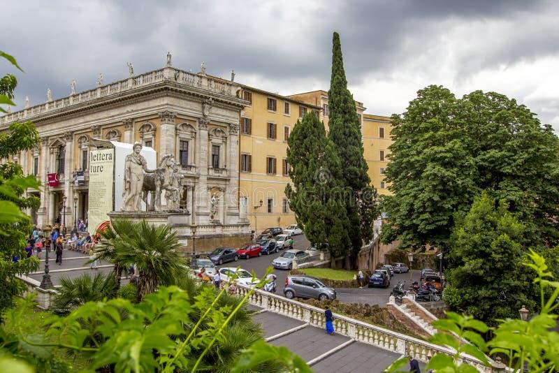 Las estatuas blancas de la escalera del echador y de Pólux y del cordonata en Piazza del Campidoglio Capitoline ajustan en la col foto de archivo