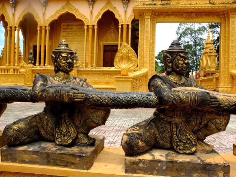 Las estatuas de bronce en el templo de Vam Ray del templo de Vam Ray, provincia de Tra Vinh, Vietnam foto de archivo