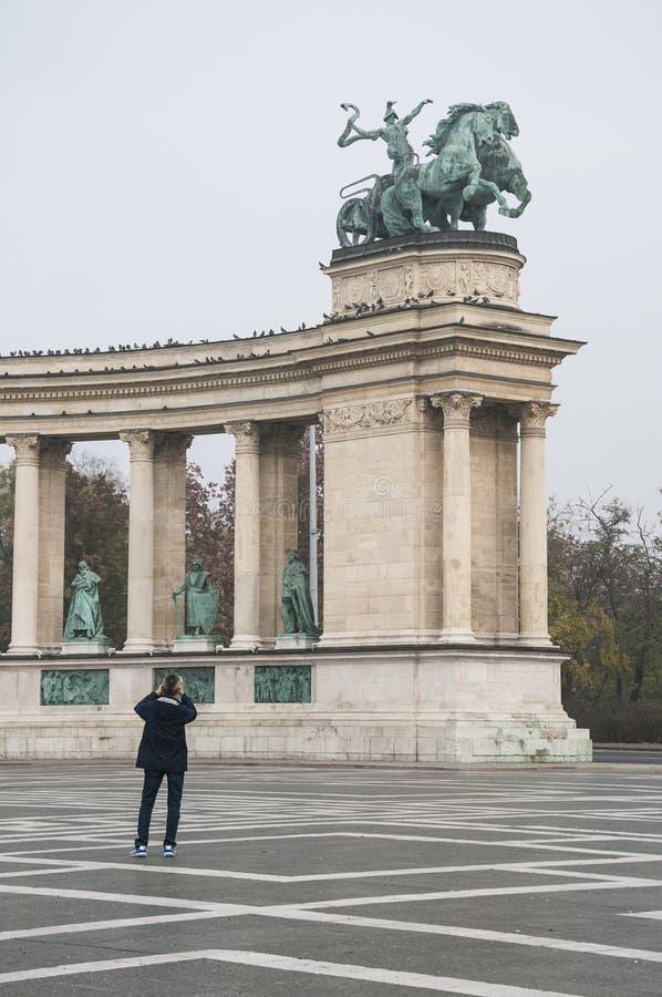 Las estatuas de bronce están en héroes ajustan en Budapest, Hungría foto de archivo