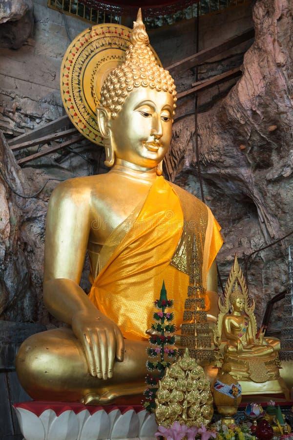 Las estatuas de Buda en el tigre excavan el templo cerca del krabi, Tailandia foto de archivo libre de regalías
