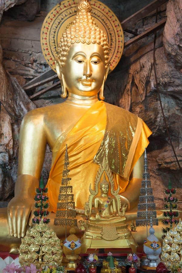 Las estatuas de Buda en el tigre excavan el templo cerca del krabi, Tailandia foto de archivo