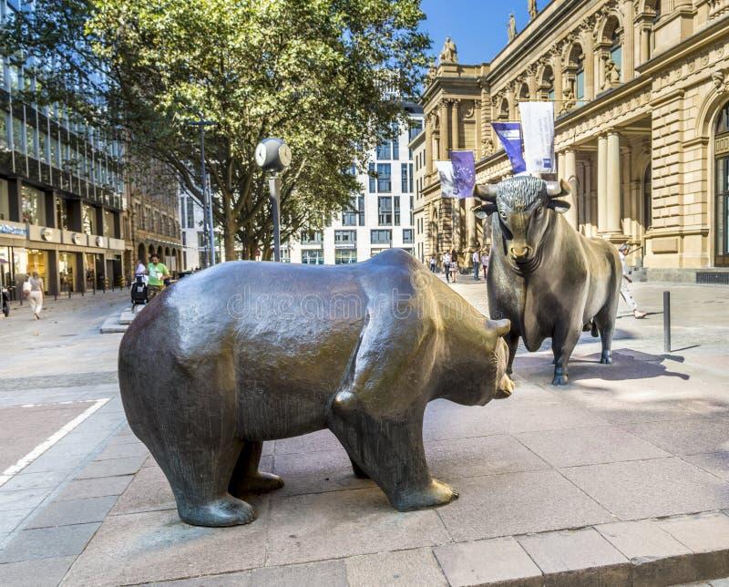 Las estatuas de Bull y del oso en la bolsa de acción de Francfort en el Fra fotografía de archivo