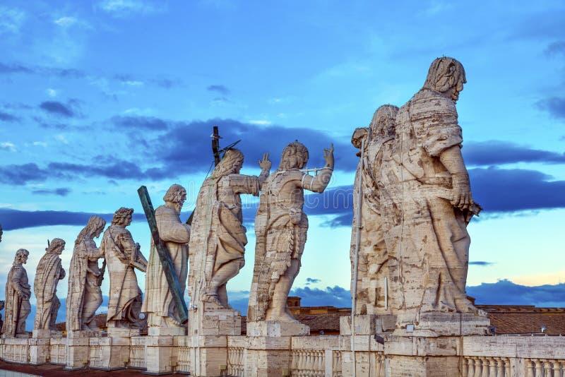 Las estatuas de los discípulos de Cristo cubren el Vaticano Roma del tejado del ` s de San Pedro él imágenes de archivo libres de regalías