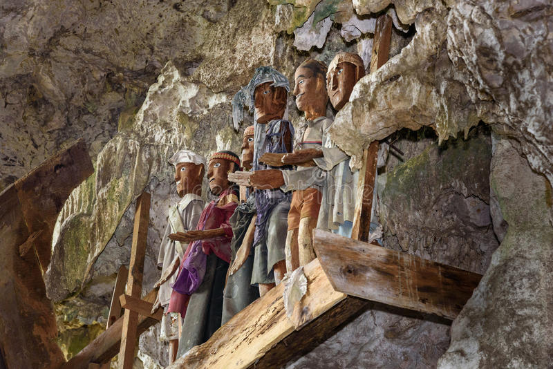 Las estatuas de madera de Tau Tau en el entierro de TampangAllo excavan en Tana Toraja indonesia fotos de archivo libres de regalías