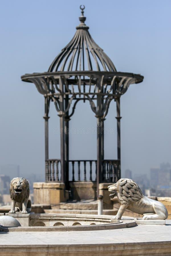 Las estatuas del león se colocan dentro de la ciudadela de El Cairo en El Cairo en Egipto foto de archivo