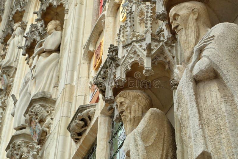 Las estatuas en la fachada ayuntamiento en Burg ajustan en Brujas imagenes de archivo