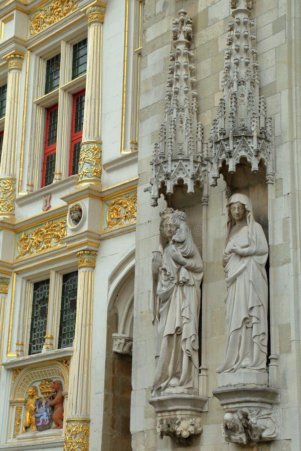 Las estatuas en la fachada ayuntamiento en Burg ajustan en Brujas fotos de archivo libres de regalías