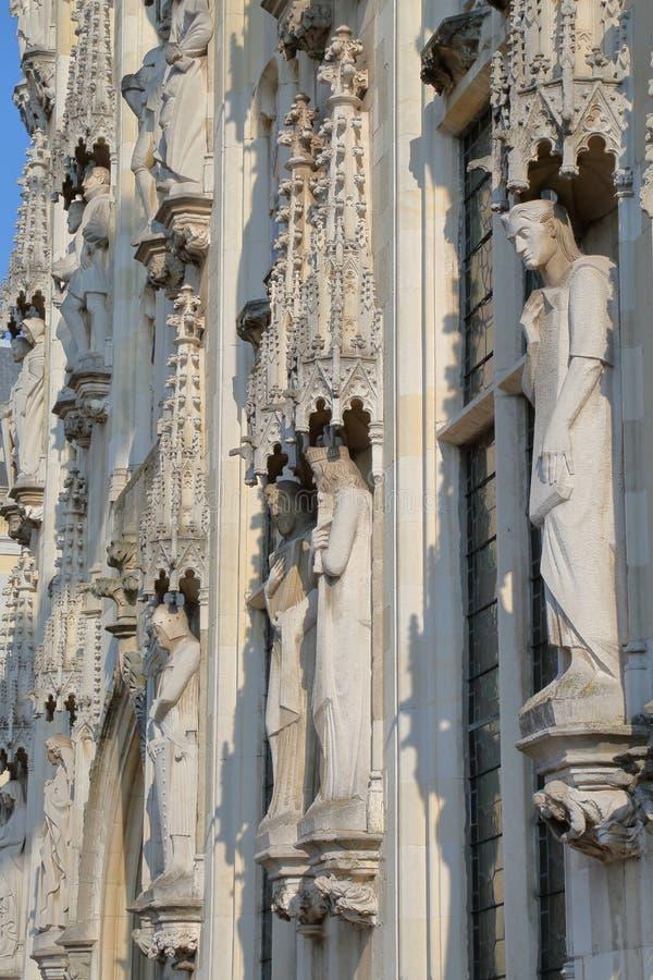 Las estatuas en la fachada ayuntamiento en Burg ajustan en Brujas foto de archivo libre de regalías