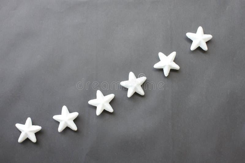 Las estrellas blancas se colocan en un fondo negro para las ideas del negocio imágenes de archivo libres de regalías