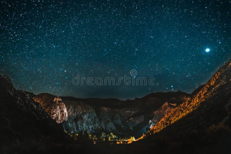 Las estrellas contra el cielo oscuro con las nubes tiraron de la cumbre de la noche del venus de la vía láctea fotos de archivo