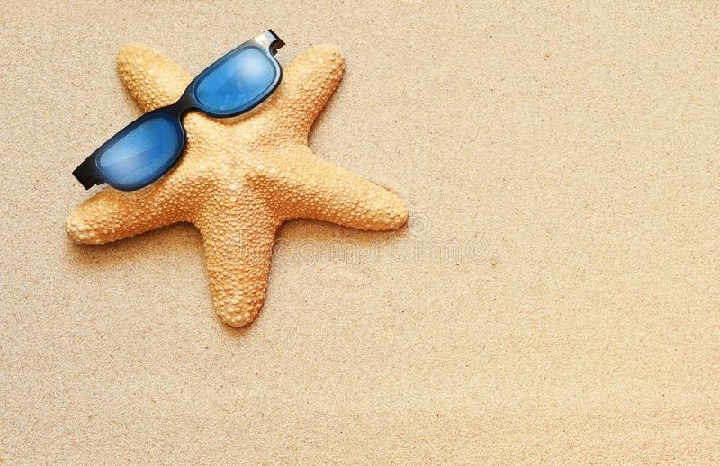 Las estrellas de mar divertidas en el verano varan con la arena imagen de archivo