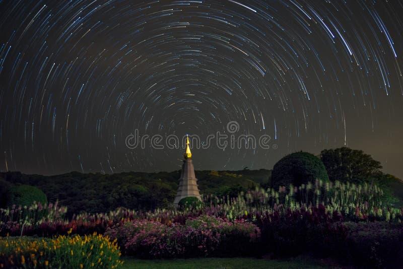 Las estrellas largas se arrastran alrededor de la estrella del norte sobre el templo, Tailandia fotografía de archivo