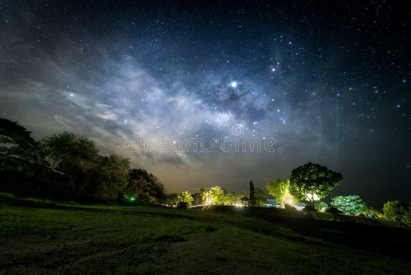 Las estrellas y la v?a l?ctea en el cielo nocturno en la provincia de Ratchaburi, Tailandia fotografía de archivo libre de regalías