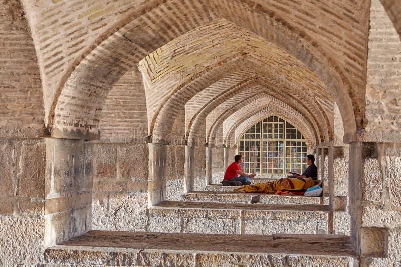 Las estructuras arqueadas debajo de poste Khaju tienden un puente sobre Isfahán, Irán fotografía de archivo libre de regalías