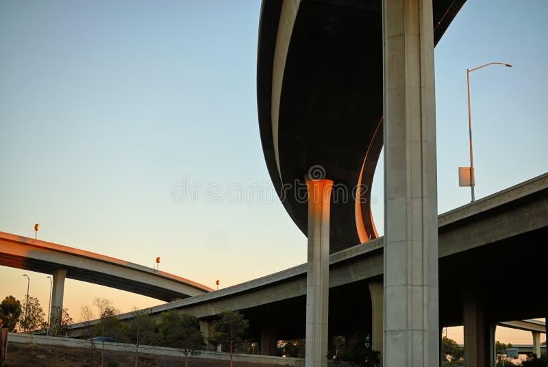 Las estructuras swooping hermosas de la autopista sin peaje fotos de archivo