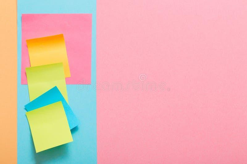 Las etiquetas engomadas del papel del color foto de archivo
