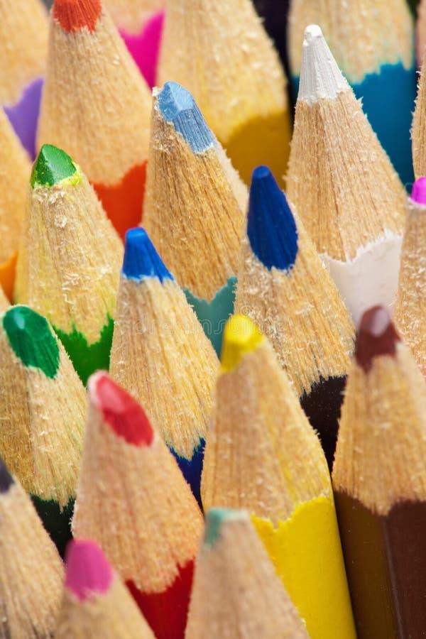 Las extremidades de los lápices del color se cierran para arriba fotos de archivo