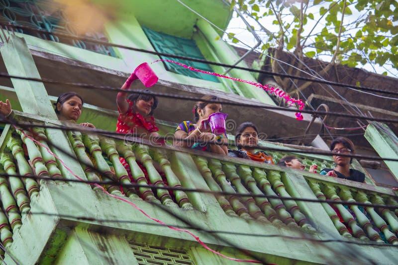 Las familias locales celebran el festival de Holi, también conocido como ` el festival del ` de los colores en el bazar de Shakha imagenes de archivo